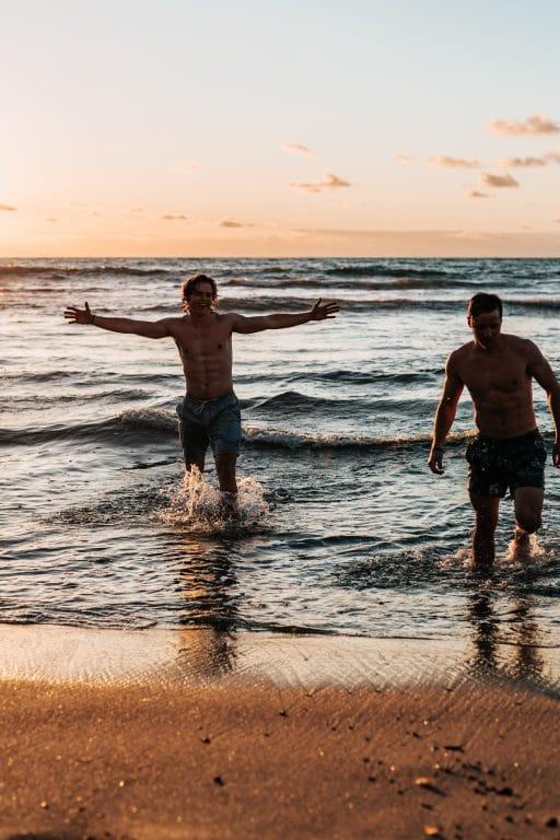 2-happy-men-sea