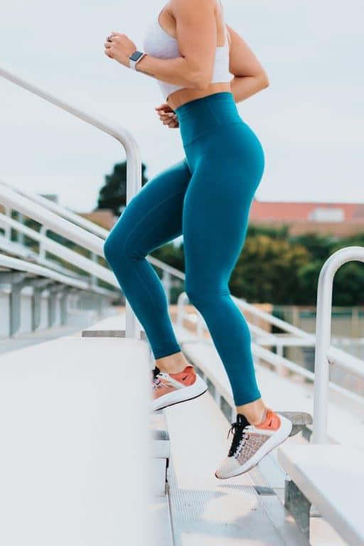 Femme qui monte des marches